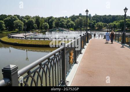 Moskau, Russland. Juli 2021. Die Bürger überqueren eine Brücke im Tsaritsyno-Museumsreservat, im Süden Moskaus. Kredit: Mikhail Japarize/TASS/Alamy Live Nachrichten