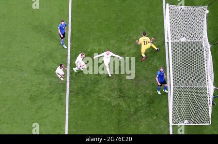 Fußball - Euro 2020 - Finale - Italien gegen England - Wembley Stadium, London, Großbritannien - 11. Juli 2021 der englische Fußballspieler Luke Shaw feiert sein erstes Tor REUTERS/Carl Recine