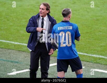 Italien-Manager Roberto Mancini mit Federico Bernardeschi (rechts) während des UEFA Euro 2020 Finales im Wembley Stadium, London. Bilddatum: Sonntag, 11. Juli 2021.