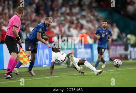 Der Italiener Giorgio Chiellini (links) zieht Englands Bukayo Saka während des UEFA-EM-Finales 2020 im Wembley-Stadion in London zurück. Bilddatum: Sonntag, 11. Juli 2021.