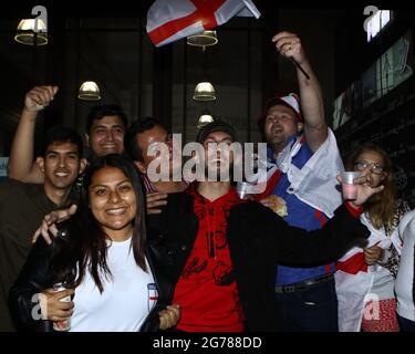 Wembley, London, Großbritannien. Juli 2021. Fans zeigen ihre Unterstützung für England im Picadilly Circus. 11/07/2021, Marcin Riehs/Pathos Credit: One Up Top Editorial Images/Alamy Live News