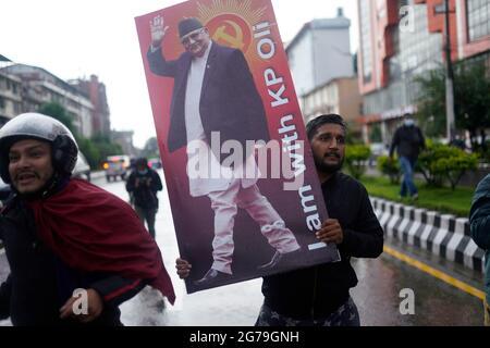 Kathmandu, Nepal. Juli 2021. Mitglieder der Kommunistischen Partei Nepals-Union Marxist-Leninist (CPN-UML) protestieren zur Unterstützung von Premierminister KP Sharma Oli, nachdem der Oberste Gerichtshof beschlossen hatte, das parlament nach der zweiten Auflösung wieder einzusetzen und den Oppositionsführer des nepalesischen Kongresses Sher Bahadur Deuba als den zu ernennen Neuer Premierminister von Nepal in Kathmandu, Nepal am Montag, 12. Juli 2021. Kredit: Skanda Gautam/ZUMA Wire/Alamy Live Nachrichten