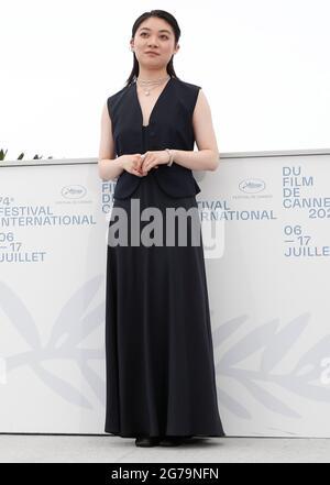 """Cannes. Juli 2021. Die Schauspielerin Toko Miura posiert während der Fotoaufnahme für den Film """"Drive My Car"""" beim 74. Jährlichen Filmfestival in Cannes, Frankreich, am 12. Juli 2021. Quelle: Xinhua/Alamy Live News"""