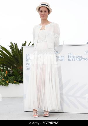 """Cannes. Juli 2021. Die Schauspielerin Vicky Krieps posiert während der Fotoaufnahme für den Film """"Bergman Island"""" beim 74. Jährlichen Filmfestival in Cannes, Frankreich, am 12. Juli 2021. Quelle: Xinhua/Alamy Live News"""