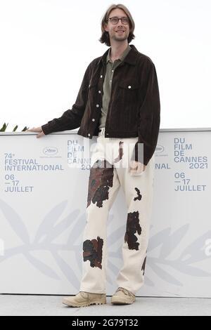 """(210712) -- CANNES, 12. Juli 2021 (Xinhua) -- Darsteller Hampus Nordenson posiert während der Fotoaufnahme für den Film """"Bergman Island"""" beim 74. Jährlichen Filmfestival in Cannes, Frankreich, 12. Juli 2021. (Xinhua)"""