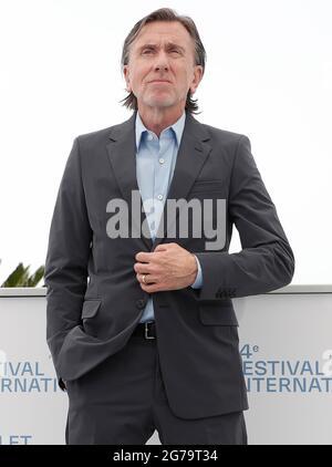 """(210712) -- CANNES, 12. Juli 2021 (Xinhua) -- Schauspieler Tim Roth posiert während der Fotoaufnahme für den Film """"Bergman Island"""" beim 74. Jährlichen Filmfestival in Cannes, Frankreich, 12. Juli 2021. (Xinhua)"""