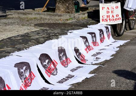 Brasilien - 3. Juli 2021: Straßenhändler verkaufen während eines Protestes in Rio de Janeiro Fußbodentücher mit dem Bild des brasilianischen Präsidenten Jair Bolsonaro.
