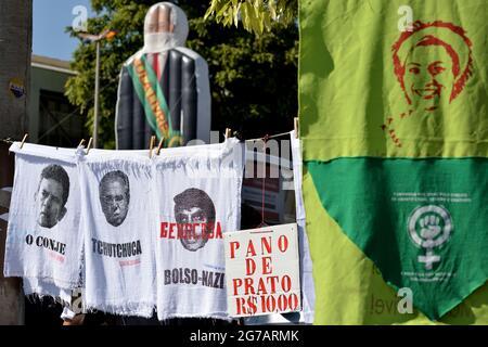 3. Juli 2021: Während eines Protestes in Rio de Janeiro verkaufen Händler Geschirrtücher mit dem Image des brasilianischen Präsidenten Jair Bolsonaro und anderer Politiker.