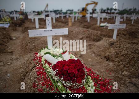 Jakarta, Indonesien. Juli 2021. Kranz, der am 13. Juli 2021 auf dem Friedhof eines COVID-19-Coronavirus-Opfers auf einem speziellen Friedhof in Jakarta gesehen wurde. Indonesien hat seit Beginn der Pandemie über 2,600,000 Fälle von Coronaviren (COVID-19-Krankheit) registriert. Quelle: Ariadi Hikmal/ZUMA Wire/Alamy Live News