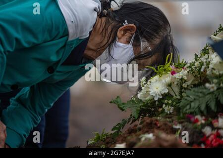 Jakarta, Indonesien. Juli 2021. Eine Frau küsst ein Grab, während sie während der Beerdigung einer Tochter weint, die an COVID-19 auf dem Rorotan Friedhof starb. Indonesien hat seit Beginn der Pandemie über 2,600,000 Fälle von Coronaviren (COVID-19-Krankheit) registriert. Quelle: Ariadi Hikmal/ZUMA Wire/Alamy Live News