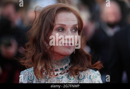 Cannes. Juli 2021. Die französische Schauspielerin Isabelle Huppert kommt zur Vorführung des Films 'Aline: Die Stimme der Liebe' auf den 74. Filmfestspielen von Cannes am 13. Juli 2021 in Cannes, Frankreich. Quelle: Xinhua/Alamy Live News