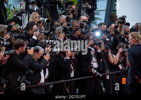 """Cannes, Frankreich, 12. Juli 2021, Ambiente während der Vorführung """"The French Dispatch"""" während der 74. Jährlichen Filmfestspiele von Cannes am 12. Juli 2021 in Cannes, Frankreich. Foto: Franck Bonham/imageSPACE Credit: Imagespace/Alamy Live News"""
