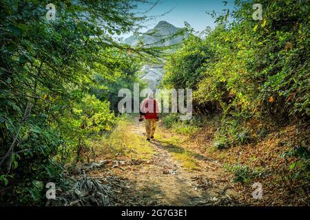 Ein Tourist, der Naturspaziergang in Hampi, Karnataka, Indien macht