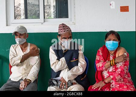 Kathmandu, Nepal. Juli 2021. Die Menschen reagieren, nachdem sie ihre Jabs mit Janseen (American Covid-19-Impfstoff) im Krankenhaus der Gemeinde in Mulpani genommen haben.Menschen zwischen 50-54 Jahren werden bis zum 21. Juli geimpft, darunter Behinderte, Sanitäter und ausländische Wanderarbeiter aus Nepal, wo dieser amerikanische Impfstoff vom jeweiligen Land zugelassen wird. Nepal erhielt am 12. Juli 1.634 Millionen Dosen des J & J-Impfstoffs aus den USA über COVAX, ein internationales System zum Austausch von Impfstoffen. Kredit: SOPA Images Limited/Alamy Live Nachrichten