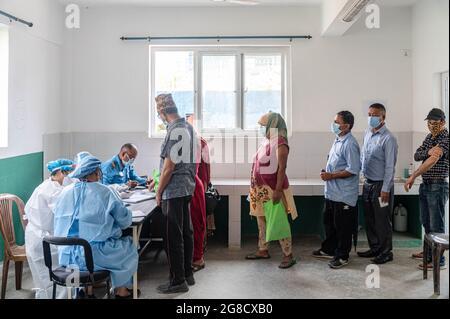 Kathmandu, Nepal. Juli 2021. Personen, die vor der Einnahme des Jabs von Janseen (American Covid-19-Impfstoff) im Gemeindekrankenhaus in Mulpani in einer Schlange zur Registrierung stehen. Personen zwischen 50-54 Jahren werden bis zum 21. Juli geimpft, darunter auch Behinderte, Sanitäter und ausländische Wanderarbeiter aus Nepal, wo dieser amerikanische Impfstoff vom jeweiligen Land zugelassen wird. Nepal erhielt am 12. Juli 1.634 Millionen Dosen des J & J-Impfstoffs aus den USA über COVAX, ein internationales System zum Austausch von Impfstoffen. Kredit: SOPA Images Limited/Alamy Live Nachrichten