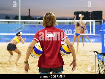 Tokio, Japan. Juli 2021. Yue Yuan (vorne), Trainerin des chinesischen Beachvolleyballteams, schaut während einer Trainingseinheit vor den Olympischen Spielen 2020 in Tokio, Japan, 22. Juli 2021, auf. Quelle: Li He/Xinhua/Alamy Live News
