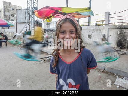 Gaza-Stadt, Palästina. Juli 2021. Ein palästinensisches Mädchen steht vor ihrem Haus in der Stadt Beit Hanoun im nördlichen Gazastreifen. Kredit: SOPA Images Limited/Alamy Live Nachrichten