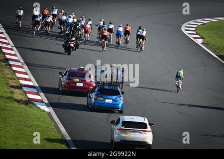 Die Abbildung zeigt das Rudel von Fahrern in Aktion während des Radrennens der Frauen, am dritten Tag der Olympischen Spiele 2020 in Tokio mit