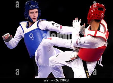 Der britische Bradly Sinden (links) ist am zweiten Tag der Olympischen Spiele in Tokio 2020 in Japan gegen den chinesischen Shuai Zhao im Halbfinale der Männer mit 68 kg in der Makuhari Messe Halle A im Einsatz. Bilddatum: Sonntag, 25. Juli 2021.