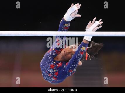 Tokio, Japan. Juli 2021. Simone Biles aus den Vereinigten Staaten tritt während der Qualifikation der Frauen im Kunstturnen bei den Olympischen Spielen 2020 in Tokio, Japan, am 25. Juli 2021 auf den unebenen Balken auf. Quelle: Cao Can/Xinhua/Alamy Live News