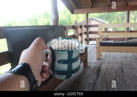 Eine Tasse Kaffee in einer Hütte