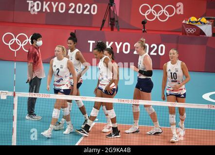 Tokio, Japan. Juli 2021. US-Teammitglieder verlassen das Spielfeld, nachdem sie China in zwei Sätzen besiegt haben, 29-27 und 25-22 im Volleyball-Wettbewerb der Frauen gegen China bei den Olympischen Spielen 2020 in Tokio, Dienstag, den 27. Juli 2021, in Tokio, Japan. Foto von Mike Theiler/UPI Credit: UPI/Alamy Live News
