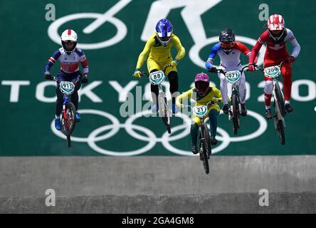 Der britische Bethany Shriever (links) im BMX Racing Viertelfinale der Frauen führt am sechsten Tag der Olympischen Spiele 2020 in Tokio in Japan den 3. Heat 3 im Ariake Urban Sports Park aus. Bilddatum: Donnerstag, 29. Juli 2021.
