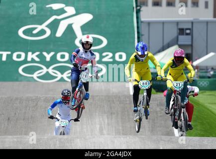 Der britische Bethany Shriever (zweite links) im BMX Racing Viertelfinale der Frauen führt am sechsten Tag der Olympischen Spiele 2020 in Tokio in Japan die 2 Heat 3 im Ariake Urban Sports Park durch. Bilddatum: Donnerstag, 29. Juli 2021.