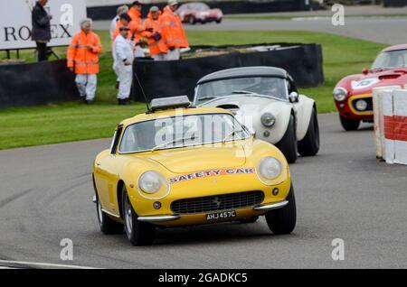 1965 Ferrari 275 GTB Safety Car führt die RAC Tourist Trophy-Rennen bei den Langstreckenrennwagen beim Goodwood Revival 2013 unter langweiligen Bedingungen an