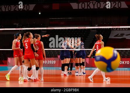 Olympische Spiele 2020 in Tokio - Volleyball - Viertelfinale der Frauen - Korea / Türkei - Ariake Arena, Tokio, Japan – 4. August 2021. Teams treffen sich. REUTERS/Valentyn Ogirenko