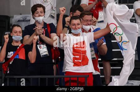 Tokio, Japan. August 2021. IRINA Zaryazhko (C), die Volleyballspielerin der Frauen VON ROC, reagiert darauf, als sie während der Olympischen Sommerspiele 2020 in Tokio in der Ariake Arena ein Volleyball-Halbfinalspiel zwischen Brasilien und dem ROC-Team sieht. Quelle: Stanislav Krasilnikov/TASS/Alamy Live News
