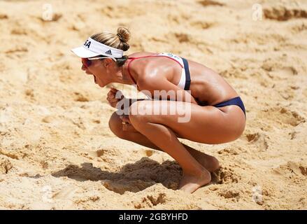 Alix Klineman der USA feiert am 14. Tag der Olympischen Spiele in Tokio 2020 in Japan den Gewinn des Women's Beach Volleyball Gold Medal Match auf dem Center Court im Shiokaze Park. Bilddatum: Freitag, 6. August 2021.