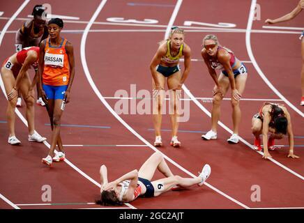 Olympische Spiele 2020 in Tokio - Leichtathletik - 1500 m der Frauen - Finale - Olympiastadion, Tokio, Japan - 6. August 2021. Athleten ruhen sich AUS REUTERS/Phil Noble