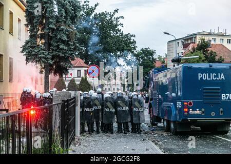 Lubin, Polen. August 2021. 08 Aug 2021 Lubin Polen Krawalle auf der Polizeistation in Lubin nach dem Tod eines 32-jährigen Mannes während der Polizeiintervention. (Bild: © Krzysztof Kaniewski/ZUMA Press Wire)