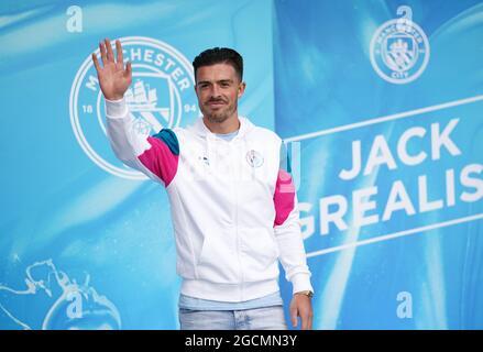 Der neue singende Jack Grealish von Manchester City begrüßt die Fans nach der Pressekonferenz im Etihad Stadium, Manchester. Bilddatum: Montag, 9. August 2021.