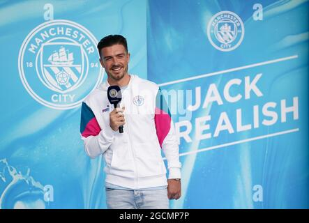 Der neue Gesang von Manchester City, Jack Grealish, spricht nach der Pressekonferenz im Etihad Stadium, Manchester, mit den Fans draußen. Bilddatum: Montag, 9. August 2021.