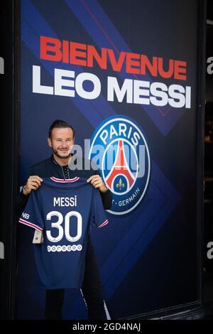 Paris, Frankreich. August 2021. Ein Unterstützer zeigt ein Trikot des argentinischen Fußballspielers Lionel Messi von PSG, das er am 11. August 2021 im Laden des Fußballclubs Paris-Saint-Germain (PSG) auf der Champs Elysees Avenue in Paris gekauft hat. Messi unterzeichnete am 10. August 2021 einen zweijährigen Vertrag mit PSG mit der Option eines zusätzlichen Jahres. Der 34-Jährige wird in Paris die Nummer 30 tragen, die er zu Beginn seiner beruflichen Laufbahn bei Barca hatte. Foto von Raphael Lafargue/ABACAPRESS.COM Quelle: Abaca Press/Alamy Live News