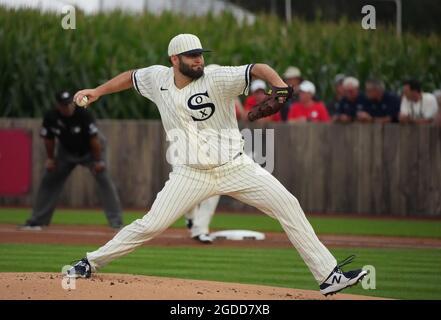 Dyersville, Usa. August 2021. Chicago White Sox Startkannen Lance Lynn (33) liefert an die New York Yankees während des ersten Innings des MLB Field of Dreams Game in Dyersville, Iowa, Donnerstag, 12. August 2021. Foto von Pat Benic/UPI Credit: UPI/Alamy Live News