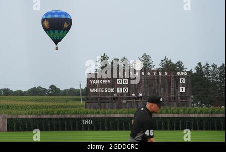 Dyersville, Usa. August 2021. Ein Heißluftballon steigt über ein Maisfeld neben dem MLB Field of Dreams Game in Dyersville, Iowa, am Donnerstag, den 12. August 2021. Foto von Pat Benic/UPI Credit: UPI/Alamy Live News