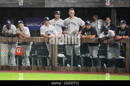 Dyersville, Usa. August 2021. Die New York Yankees beobachten, wie die Chicago White Sox während der achten Ausreissung des MLB Field of Dreams Game in Dyersville, Iowa, Donnerstag, 12. August 2021, einen Vorsprung von 7-4 hält. Foto von Pat Benic/UPI Credit: UPI/Alamy Live News
