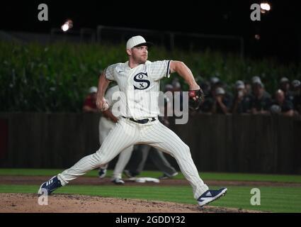 Dyersville, Usa. August 2021. Chicago White Sox Relief Pitcher Liam Hendriks (31) liefert während der neunten Ausinnung des MLB Field of Dreams Game in Dyersville, Iowa, Donnerstag, 12. August 2021, an die New York Yankees. Foto von Pat Benic/UPI Credit: UPI/Alamy Live News