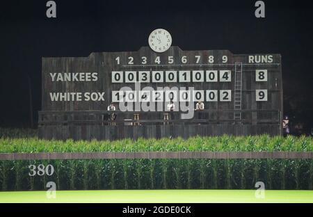 Dyersville, Usa. August 2021. Die manuelle Anzeigetafel zeigt an, dass die Chicago White Sox die New York Yankees 9-8 während des MLB Field of Dreams Game in Dyersville, Iowa, Donnerstag, 12. August 2021 besiegt hat. Foto von Pat Benic/UPI Credit: UPI/Alamy Live News