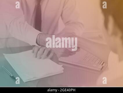 Komposition aus buntem Licht über Geschäftsleuten, die sich die Hände schütteln