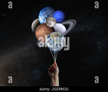 Hand mit Planeten geformten Ballons im Sonnensystem. Elemente dieses Bildes, die von der NASA eingerichtet wurden.