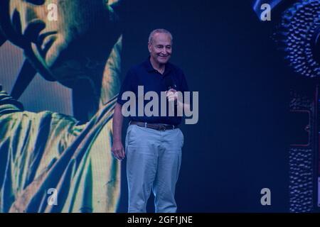 """NEW YORK, NY - 21. AUGUST: Chuck Schumer, Mehrheitsvorsitzender des Senats, spricht während des """"We Love NYC: The Homecoming Concert"""" am 21. August 2021 auf dem Great Lawn im Central Park in New York City."""