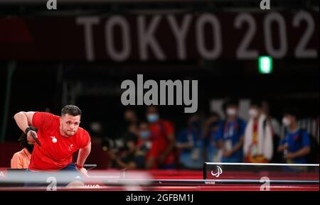 Der britische Aaron McKibbin ist am ersten Tag der Paralympischen Spiele in Tokio 2020 in Japan beim Männer-Einzel-Tischtennis der Klasse 8 der Gruppe F im Tokyo Metropolitan Gymnasium in Aktion. Bilddatum: Mittwoch, 25. August 2021.