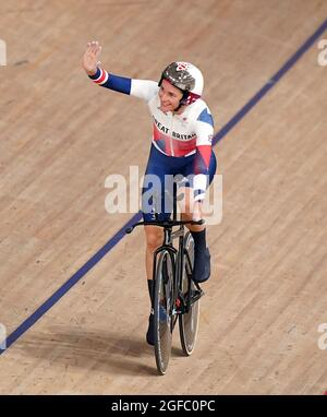 Die britische Dame Sarah Story feiert den Goldsieg bei der Einzeljagd der Frauen im C5 3000 m-Lauf während des Track Cycling auf dem Izu Velodrome am ersten Tag der Paralympischen Spiele in Tokio 2020 in Japan. Bilddatum: Mittwoch, 25. August 2021.