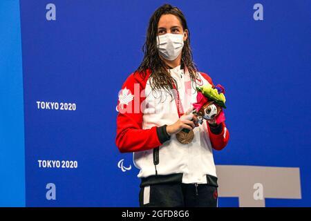 TOKIO, JAPAN - 25. AUGUST: Aurelie Rivard aus Kanada posiert mit ihrer Bronzemedaille während der Verleihung der Schwimmmedaille während der Paralympischen Spiele von Tokio 2020 im Tokyo Aquatics Center am 25. August 2021 in Tokio, Japan (Foto: Ilse Schaffers/Orange Picics)