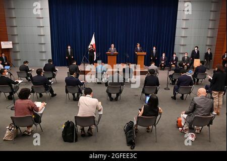 Tokio, Japan. August 2021. Japans Premierminister Yoshihihide Suga (TOP, C) nimmt an einer Pressekonferenz in der offiziellen Residenz des Premierministers in Tokio Teil. (Bild: © POOL via ZUMA Press Wire)