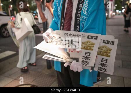 Es werden Zeitungsartikel verteilt, die den Sieg von Takayuki Suzuki während der Paralympischen Spiele Tokio 2020, Schwimmen Männer 100m Freestyle S4, am 26. August 2021 in Tokio Japan bekanntgeben. Quelle: AFLO SPORT/Alamy Live News